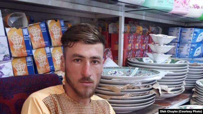 Один із синів Амруддіна, працює в місцевому магазині