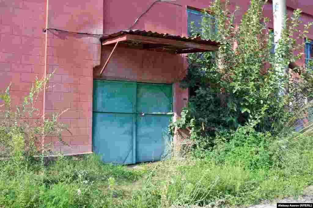 Многие участки трамвайного депо заросли бурьяном. Алматы, 9 августа2016 года.