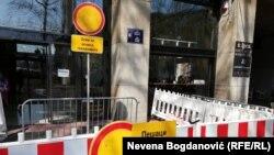 Opoziciona ograda ispred sedišta REM-a u Beogradu