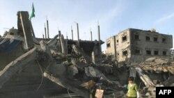 На руинах разбомбленного дома в Рафахе