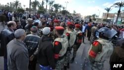 محتجون في بورسعيد يتكلمون مع عناصر من الشرطة العسكرية المصرية
