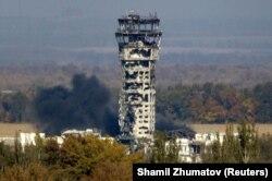 Донецький аеропорт горить від обстрілів бойовиків російських гібридних сил. 12 жовтня 2014року