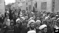 ირანის ლიდერის, აიათოლა ხომეინის მიმართ სოლიდარობის გამოსახატად, მოლები მართავენ მსვლელობას 1979 წლის 17 დეკემბერს. ხომეინი ირანის უზენაესი ლიდერი სწორედ დეკემბერში გახდა.