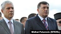 Сербиянын президенти Борис Тадич (солдо) менен Босния Серб республикасынын премьери Милорад Додик Паледеги орто мектептин ачылуу салтанатында.