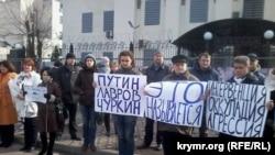 Rusiye elçihanesi yanında köçip kelgenlerniñ narazılıq numayışı