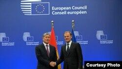 Президент Атамбаев и Председатель Евросовета Дональд Туск, Брюссель, 27 марта, 2015.