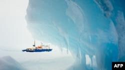 """Снимок """"Академика Шокальского"""", застрявшего в Антарктике. Фотография сделала корабельным врачом Эндрю Пикоком 30 декабря 2013 года."""