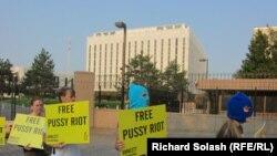 Акция в поддержку Pussy Riot у здания российского посольства в Вашингтоне.