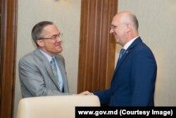 Глава отдела Бюро по делам Европы и Евразии Госдепартамента США Брэдли Фреден и премьер-министр Молдовы Павел Филип, 3 июня 2019 года