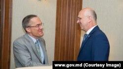 Bradley Freden și premierul Pavel Filip