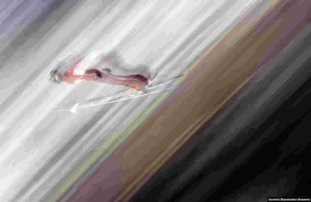 Стрибки на лижах: Вільям Роудс зі США під час чоловічих індивідуальних змагань зі стрибків на лижах ву лижному центрі «Альпенсія»