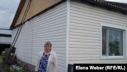 Көкпекті тұрғыны Татьяна Кузнецова үйінің жанында тұр. Қарағанды облысы, 20 маусым 2016 жыл.