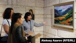 Главный хранитель фонда музея изобразительных искусств (город Караганда) Дамеля Кадыркулова показывает на картину «Тюльпаны» художника из Караганды Виктора Арента — потомка немцев, депортированных в Казахстан в 1941 году. Алматы, 1 октября 2015 года.