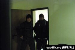 Акбар Абдуллаев суд залига кишанланган ҳолда келтирилди