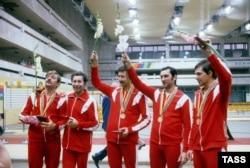 Команда радянських шаблістів на Олімпіаді-80 виборола золоті медалі. Москва, липень 1980 року