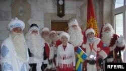 Кыргызстанда экинчи жолу өткөрүлүп жаткан Санта Клаустардын фестивалына быйыл 16 өлкөнүн өкүлдөрү келишти.