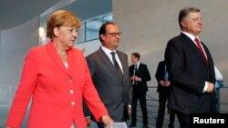 (Л-П) Канцлер Німеччини Ангела Меркель, президент Франції Франсуа Олланд і України Петро Порошенко