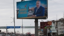 Билборд с предвыборной агитацией кандидата в президенты Нурсултана Назарбаева вдоль проспекта в Алматы. 28 марта 2015 года.