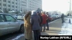 Қалалық әкімдік алдында тұрған борышкерлер. Алматы, 14 желтоқсан 2015 жыл.