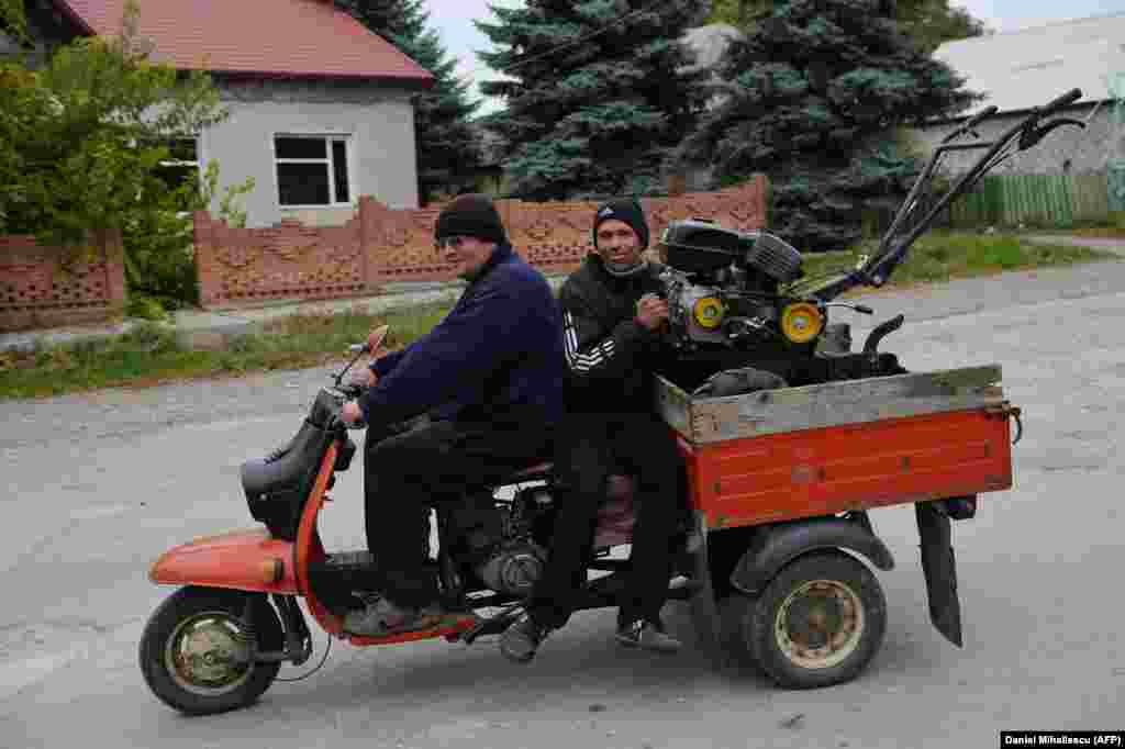 Passengers transport equipment in the village of Dobrogea.