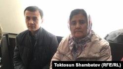 Жена и сын Азимжана Аскарова. 25 февраля 2020 года.