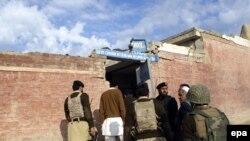 Пакистан аскерлери талиптер бомбалаганы шектелген кыздар мектебинде, 14-декабр, 2009-жыл.