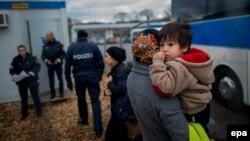 Мигранты, которые были отправлены обратно в Австрию из Германии. 12 января 2016 года.