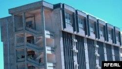 ساختمان بانک پشتنی در کابل که روز چهارشنبه مورد حمله طالبان قرار گرفت.