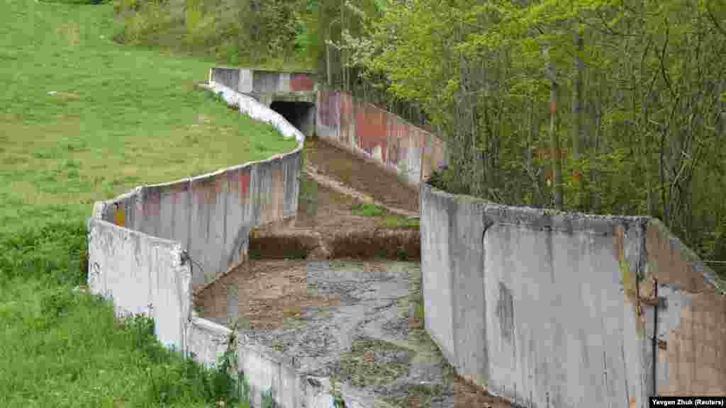 Из Терновского пруда в село по желобу течет речка Ай-Тодорка