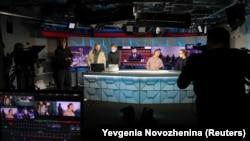 Jurnaliști lucrând în studioul din Moscova al RFE/RL.