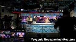 Jurnaliști lucrând în biroul din Moscova al RFE/RL, pe 6 aprilie 2021.