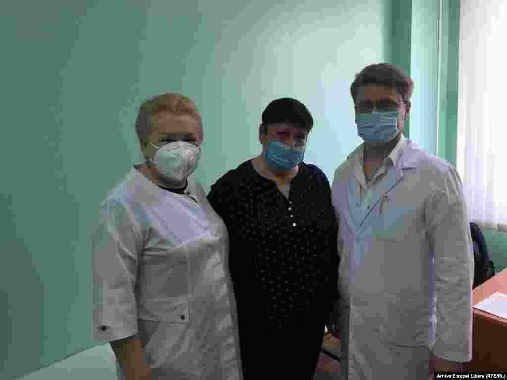 Jurnalista Valentina Ursu si medici implicati in campania de vaccinare