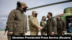 Președintele ucrainean Volodimir Zelenski s-a întâlnit cu soldații ucraineni aflați la datorie în conflictul cu separatiștii pro-ruși, 8 aprilie, 2021