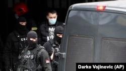 Policajci privode Veljka Belivuka tokom racije na stadionu Partizana u Beogradu, 4. februara 2021.