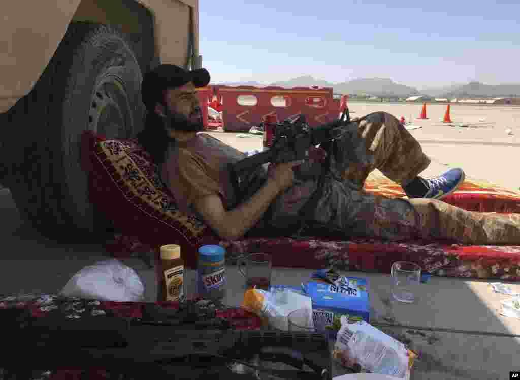 Баевік Талібану адпачывае на міжнародным лётнішчы ў Кабуле, 5 верасьня