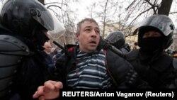Egy szentpétervári tüntető letartóztatása