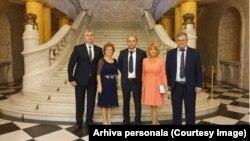"""George Mazilescu, alături de cei mai buni prieteni de la școală, la Palatul Regal din București. În fundal celebra """"Scară a Voievozilor""""."""