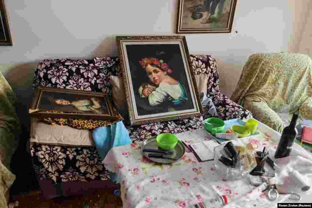 Картини і посуд у вітальні квартири, яка була пошкоджена в результаті ракетного обстрілу з боку Смуги Гази. Ашдод, Ізраїль, 17 травня 2021 року
