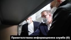 Премиерът Бойко Борисов, задравният министър Костадин Ангелов и председателят на щаба Венцислав Мутафчийски в Центъра по заразни и паразитни болести