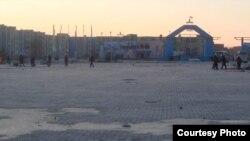 """Бойцы специального отряда быстрого реагирования на центральной площади. Жанаозен, 18 декабря 2011 года. Фото Елены Костюченко, """"Новая газета""""."""