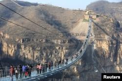 Найдовший у світі скляний міст у провінції Хебей. Китай, 26 грудня 2017