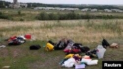 Випотрошений багаж жертв складений збоку на місці катастрофи, фото 18 липня 2014 року