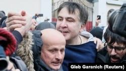 Dekabrın 5-də tərəfdarları Saakaşvilini polis avtofurqonundan azad ediblər