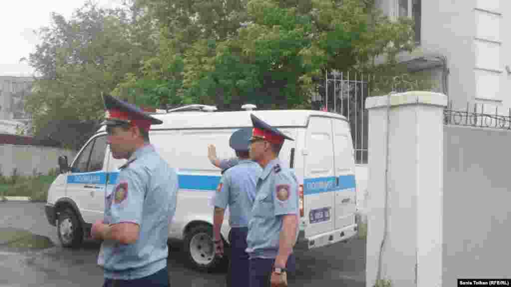 Сотрудники полиции у входа в здание Атырауского городского суда №2, где ожидается заседание суда по мере пресечения в отношении Макса Бокаева и Талгата Аяна.