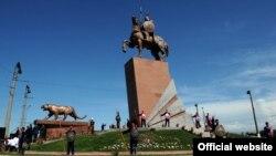 Айкөл Манастын Ош шаарындагы эстелиги, 11-июнь, 2012.