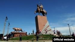 Памятник Манасу, Ош, 12 июня 2012 года.