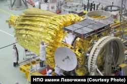 С помощью этой небольшой 1,5-метровой антенны (на переднем плане) данные наблюдений отправляются на Землю