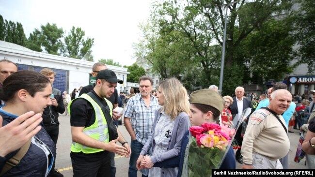Поліція спілкується з людьми, які принесли заборонену символіку
