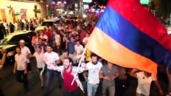 Тысячи армян вновь вышли на улицы Еревана (видео)