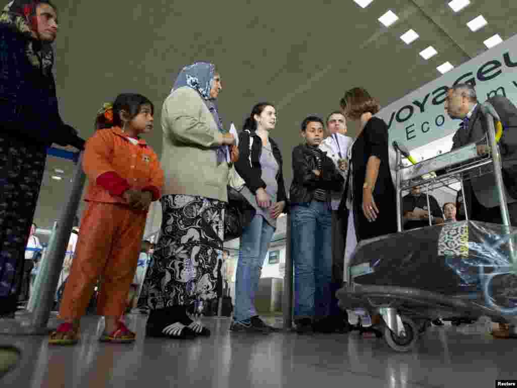 Francuska je 19.08.2010. počela sa proterivanjem stotine Roma u Rumuniju i Bugarsku, ističući da su se ilegalno nastanili. Kritičari, pak, ističu da je ovaj potez vlasti u Parizu sračunat na skretanje pažnje javnosti zbog pada popularnosti Nikolasa Sarkozija (Nicolas Sarkozy), kao i ekonomskih i socijalnih problema . Foto: REUTERS / Gonzalo Fuentes